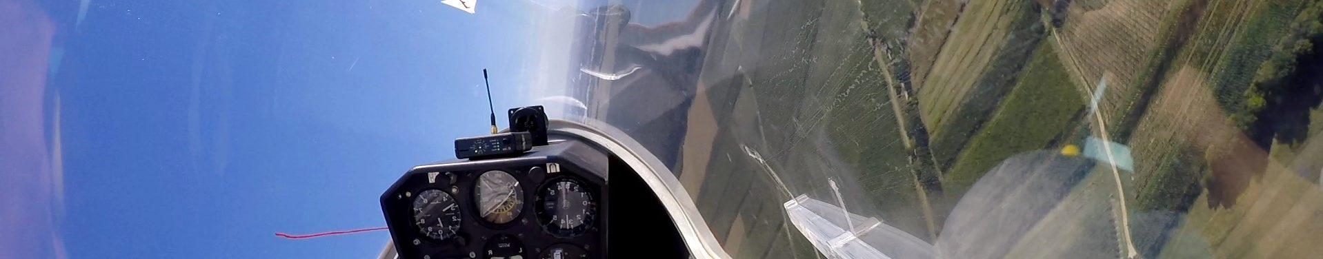 Blick aus dem Cockpit in einer Kurve