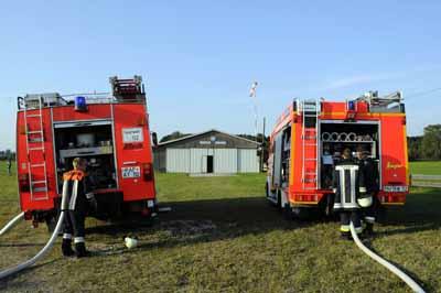Feuerwehrautos vor der Flugzeughalle