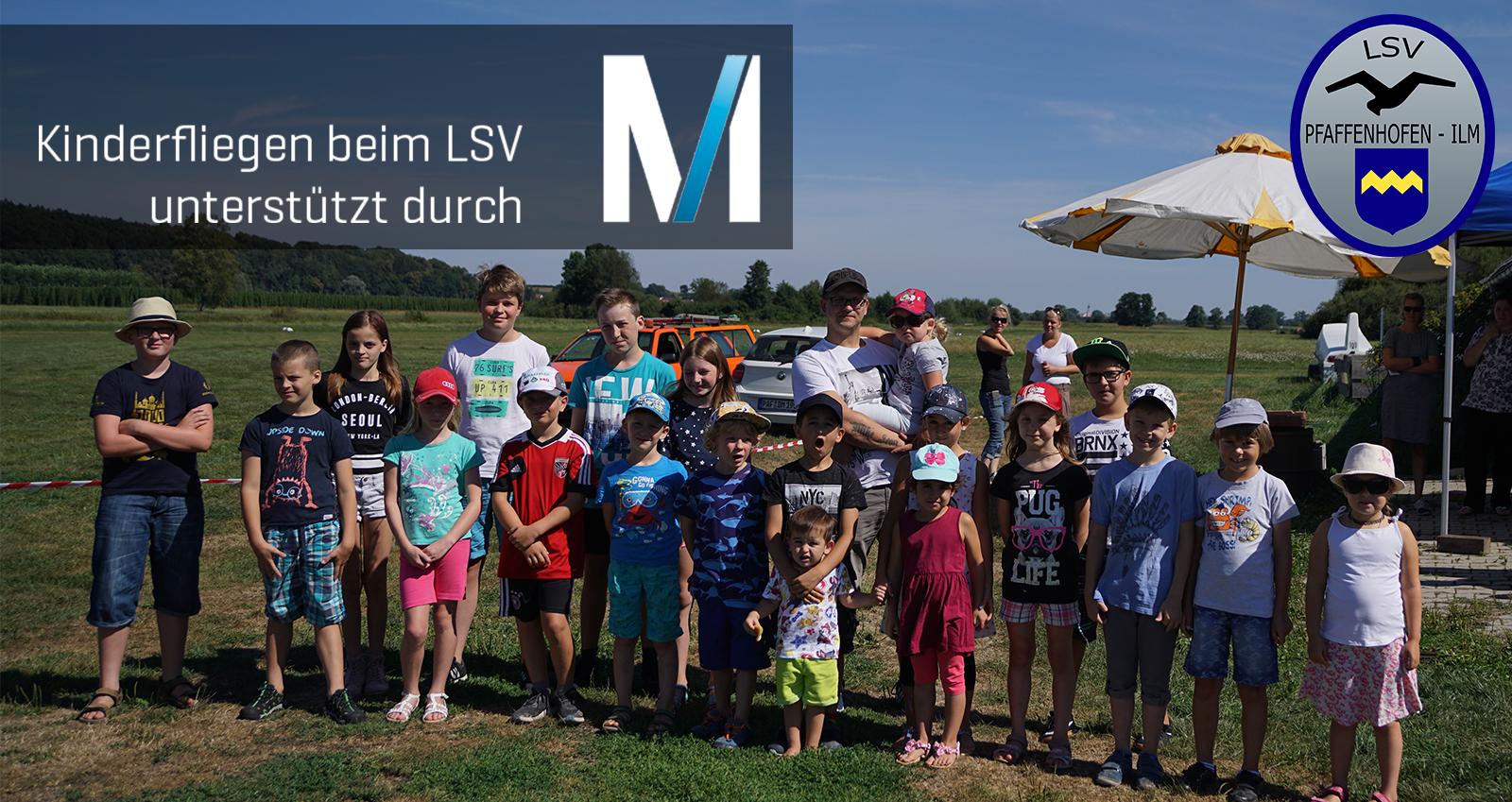Ein Gruppenbild der Teilnehmer des Kinderfliegen 2018 am Sonntag.