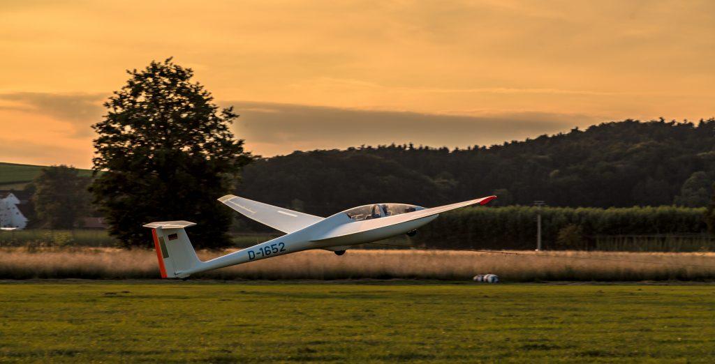 Segelflugzeug beim Windenstart kurz nach dem abheben.