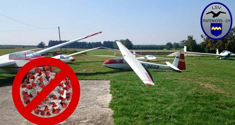 Flugzeuge mit einem Bild eines durchgestrichenen Coronavirus im Vordergrund