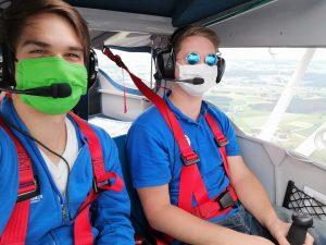 Auch für den Ferienpass wird, wie in diesem Bild sichtbar, mit Maske geflogen.